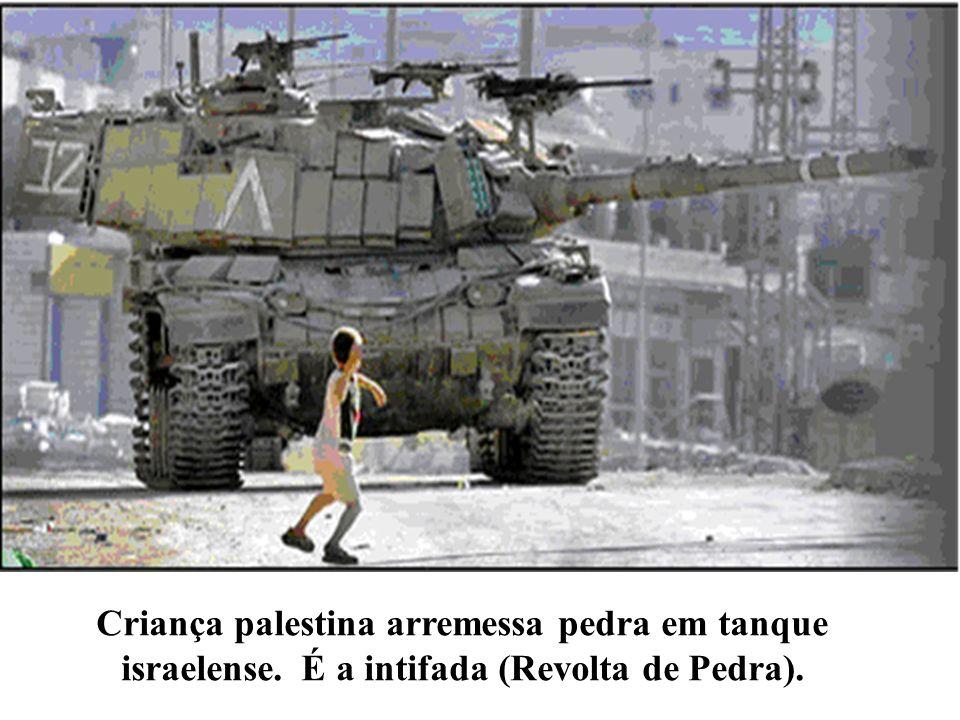 Criança palestina arremessa pedra em tanque israelense. É a intifada (Revolta de Pedra).