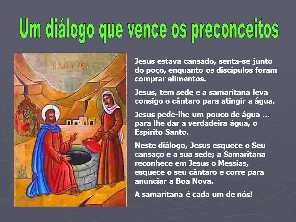 Jesus estava cansado, senta-se junto do poço, enquanto os discípulos foram comprar alimentos. Jesus, tem sede e a samaritana leva consigo o cântaro pa
