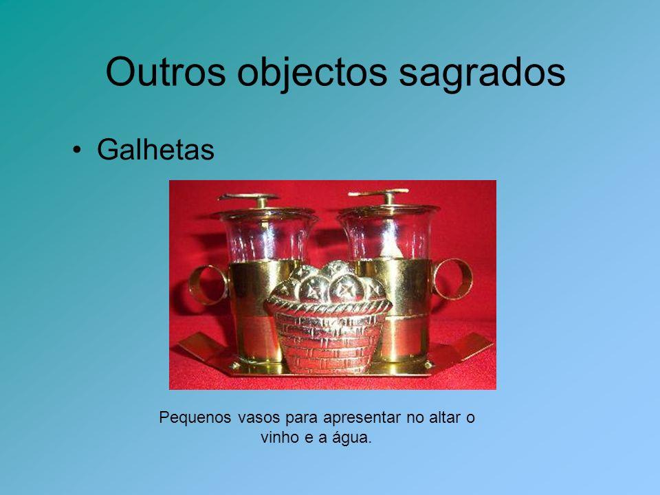 Galhetas Pequenos vasos para apresentar no altar o vinho e a água. Outros objectos sagrados