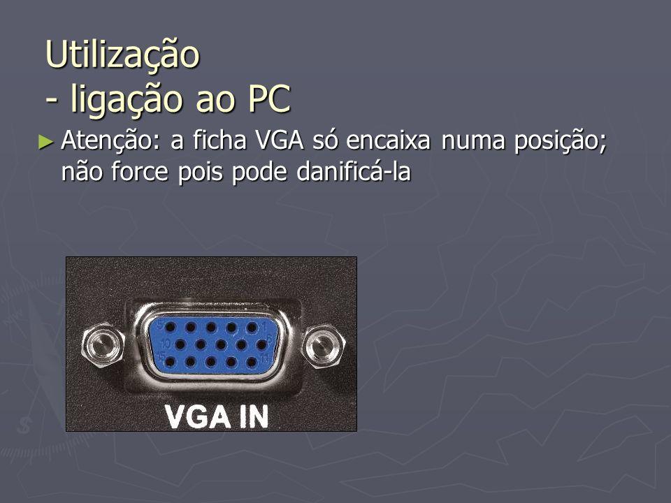 Atenção: a ficha VGA só encaixa numa posição; não force pois pode danificá-la Atenção: a ficha VGA só encaixa numa posição; não force pois pode danifi