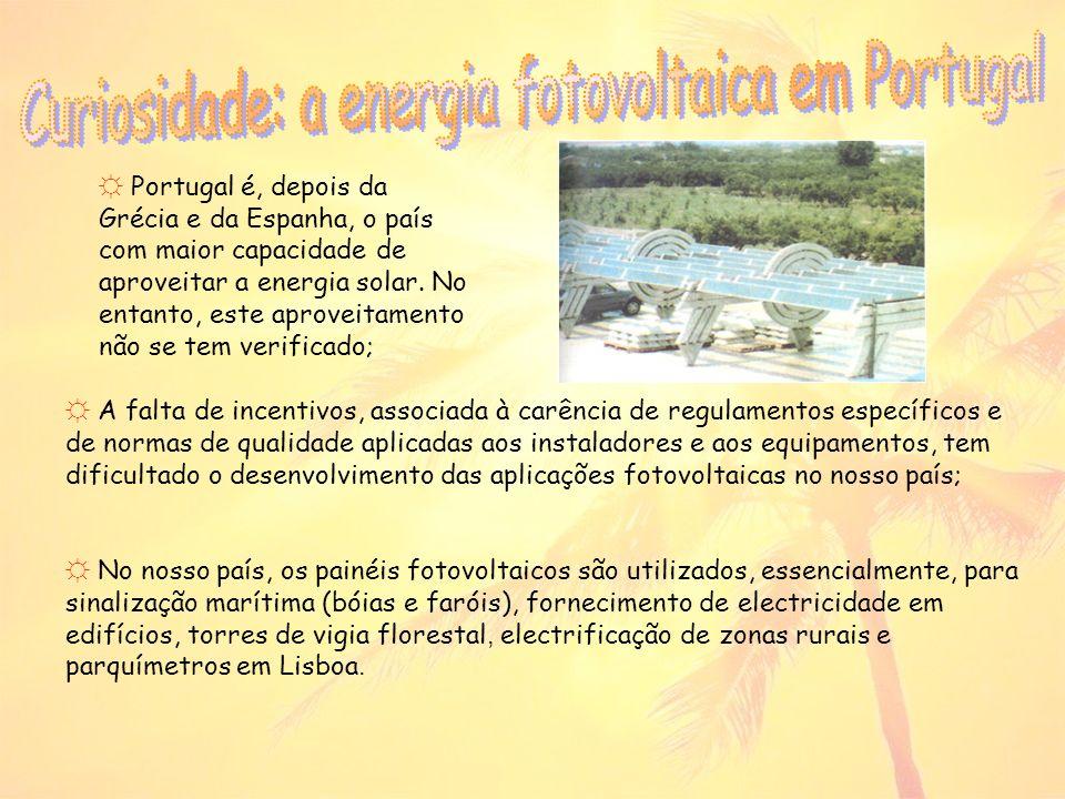 Na construção de células fotovoltaicas utilizam-se diversos materiais perigosos para o ambiente e saúde, ocorrendo a emissão de poluentes atmosféricos