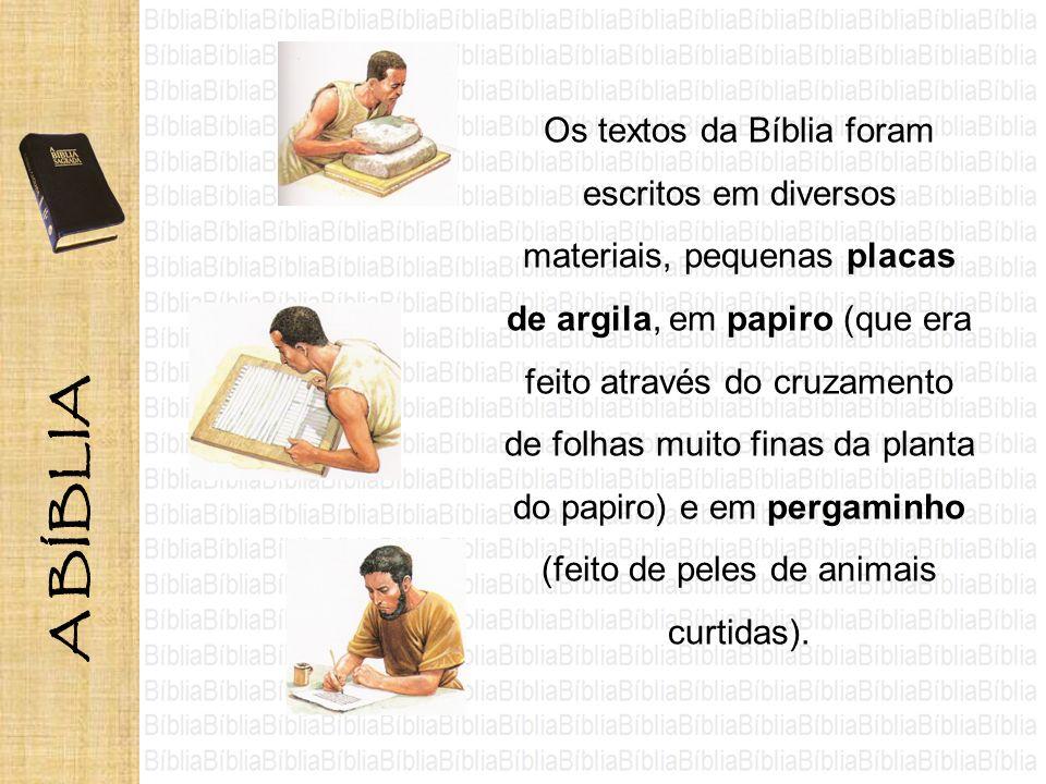 Os textos da Bíblia foram escritos em diversos materiais, pequenas placas de argila, em papiro (que era feito através do cruzamento de folhas muito fi