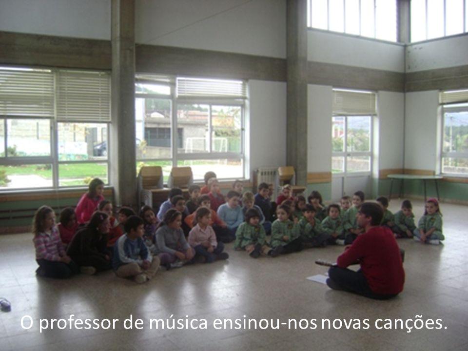 O professor de música ensinou-nos novas canções.