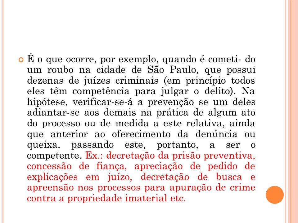 É o que ocorre, por exemplo, quando é cometi- do um roubo na cidade de São Paulo, que possui dezenas de juízes criminais (em princípio todos eles têm