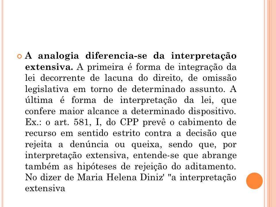 A analogia diferencia-se da interpretação extensiva. A primeira é forma de integração da lei decorrente de lacuna do direito, de omissão legislativa e
