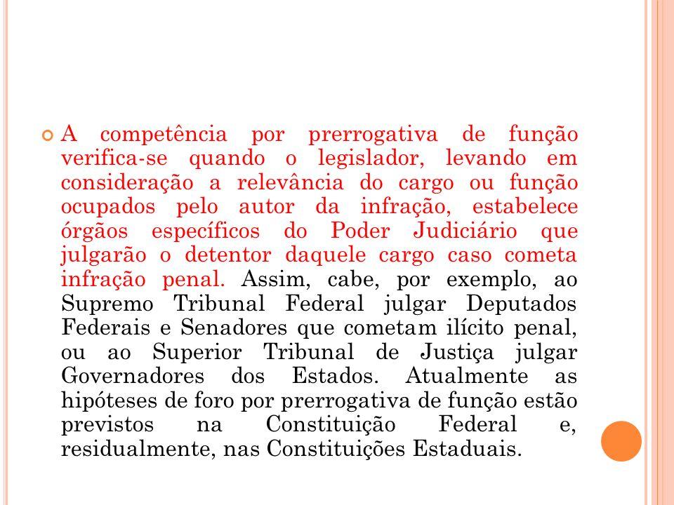 A competência por prerrogativa de função verifica-se quando o legislador, levando em consideração a relevância do cargo ou função ocupados pelo autor