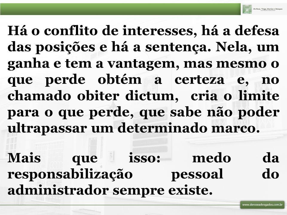 Há o conflito de interesses, há a defesa das posições e há a sentença.