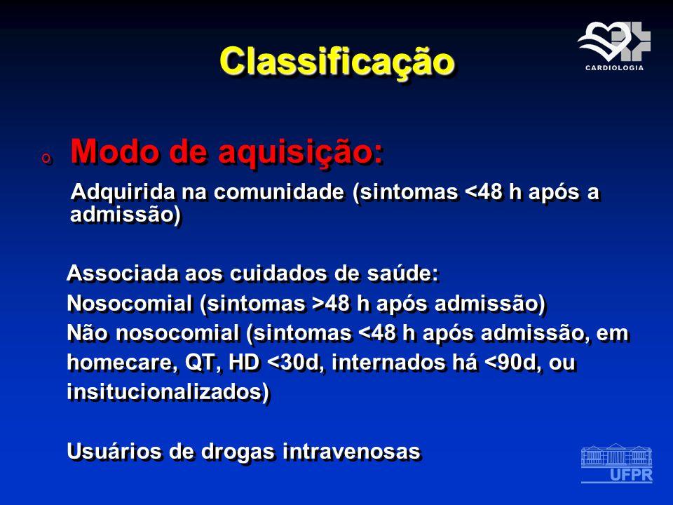 ClassificaçãoClassificação o Modo de aquisição: Adquirida na comunidade (sintomas <48 h após a admissão) Associada aos cuidados de saúde: Nosocomial (