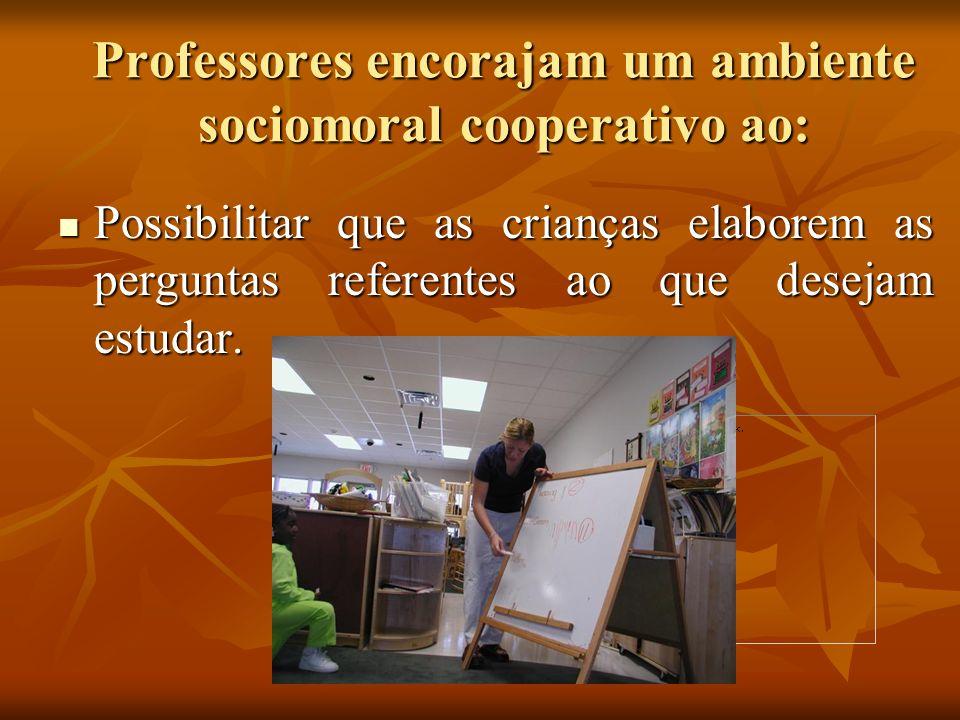 Professores encorajam um ambiente sociomoral cooperativo ao: Possibilitar que as crianças elaborem as perguntas referentes ao que desejam estudar. Pos