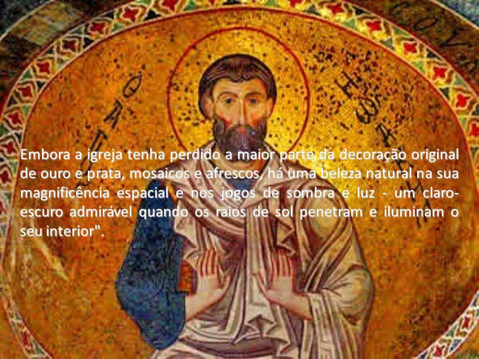 Embora a igreja tenha perdido a maior parte da decoração original de ouro e prata, mosaicos e afrescos, há uma beleza natural na sua magnificência esp