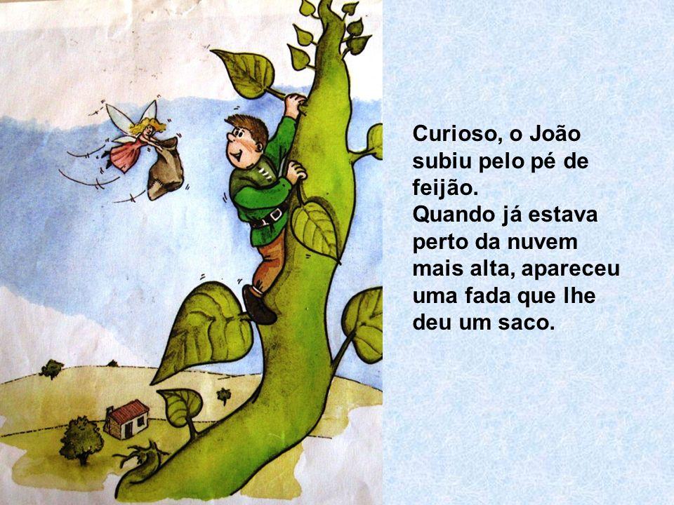 Curioso, o João subiu pelo pé de feijão. Quando já estava perto da nuvem mais alta, apareceu uma fada que lhe deu um saco.