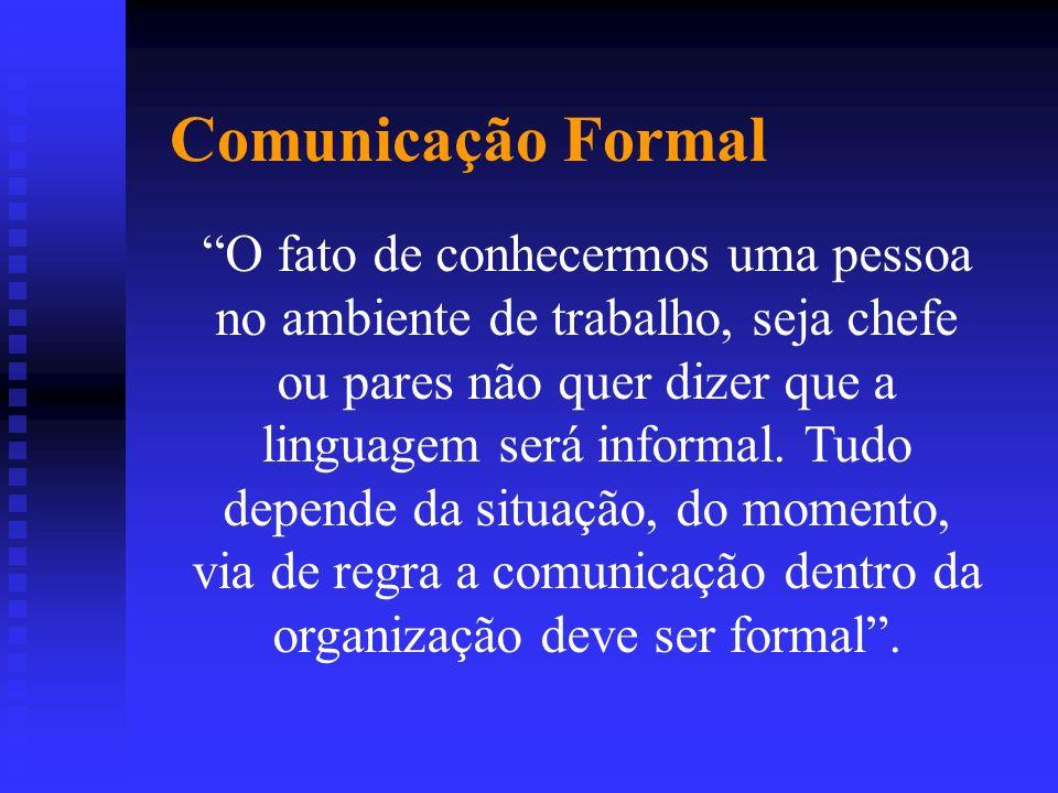 O fato de conhecermos uma pessoa no ambiente de trabalho, seja chefe ou pares não quer dizer que a linguagem será informal. Tudo depende da situação,
