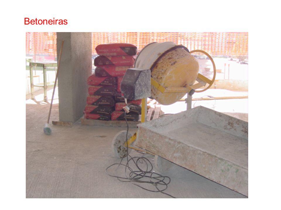 Montagem, desmontagem e manutenção: Supervisionada por profissional legalmente habilitado Executada por profissional devidamente qualificado Operado p