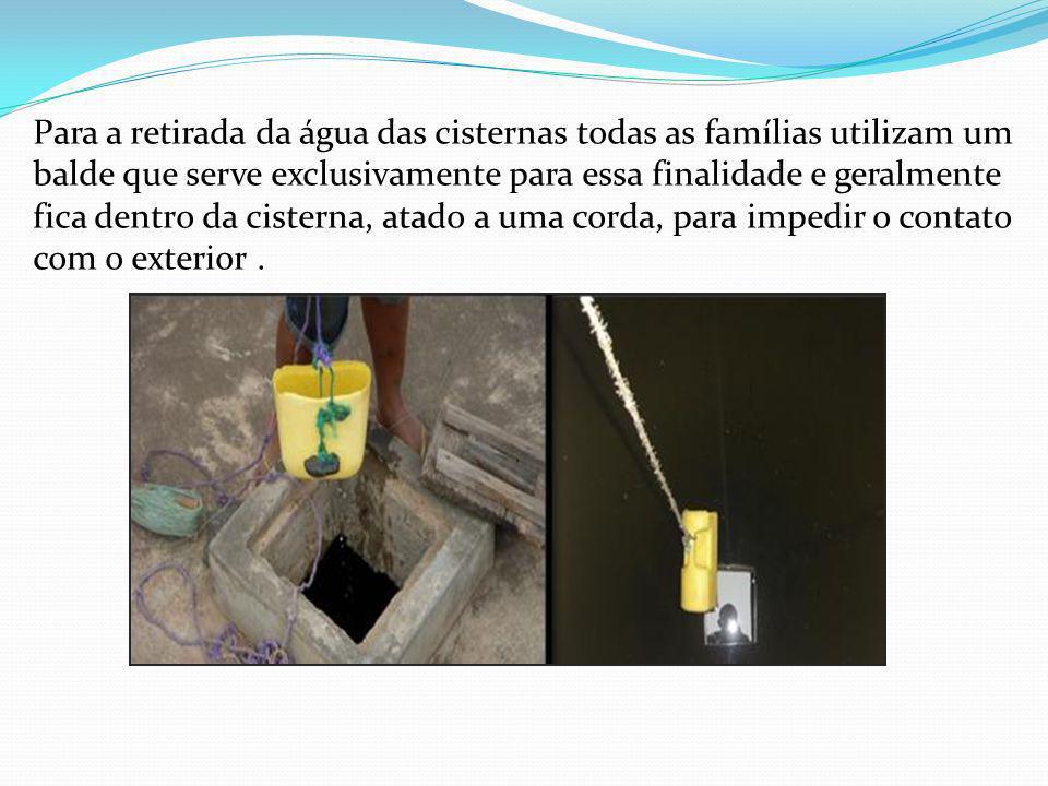 Para a retirada da água das cisternas todas as famílias utilizam um balde que serve exclusivamente para essa finalidade e geralmente fica dentro da ci