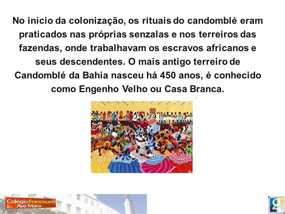 No início da colonização, os rituais do candomblé eram praticados nas próprias senzalas e nos terreiros das fazendas, onde trabalhavam os escravos afr