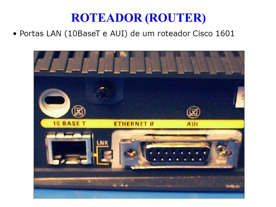 Portas LAN (10BaseT e AUI) de um roteador Cisco 1601