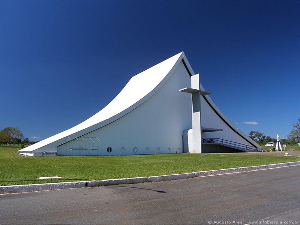 Está localizada no início do Eixo Monumental de Brasília. Com projeto de Oscar Niemeyer, sua arquitetura em formato triangular remete a uma barraca de