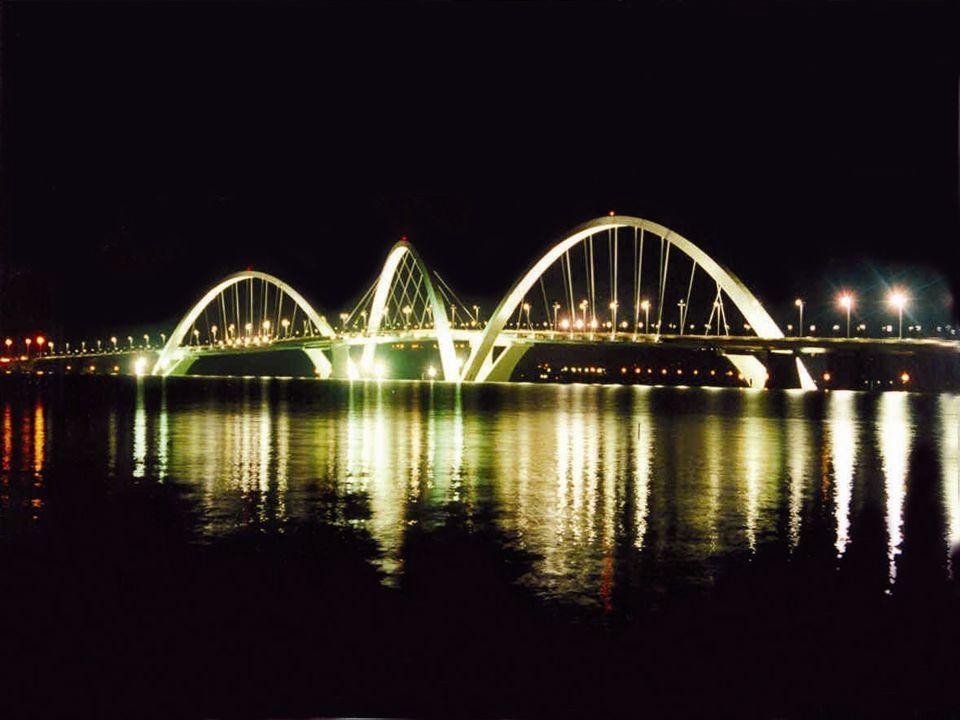 Inaugurada em 15 de dezembro de 2002. A estrutura da ponte tem um comprimento de travessia total de 1200 metros. Projetada por Oscar Niemeyer.
