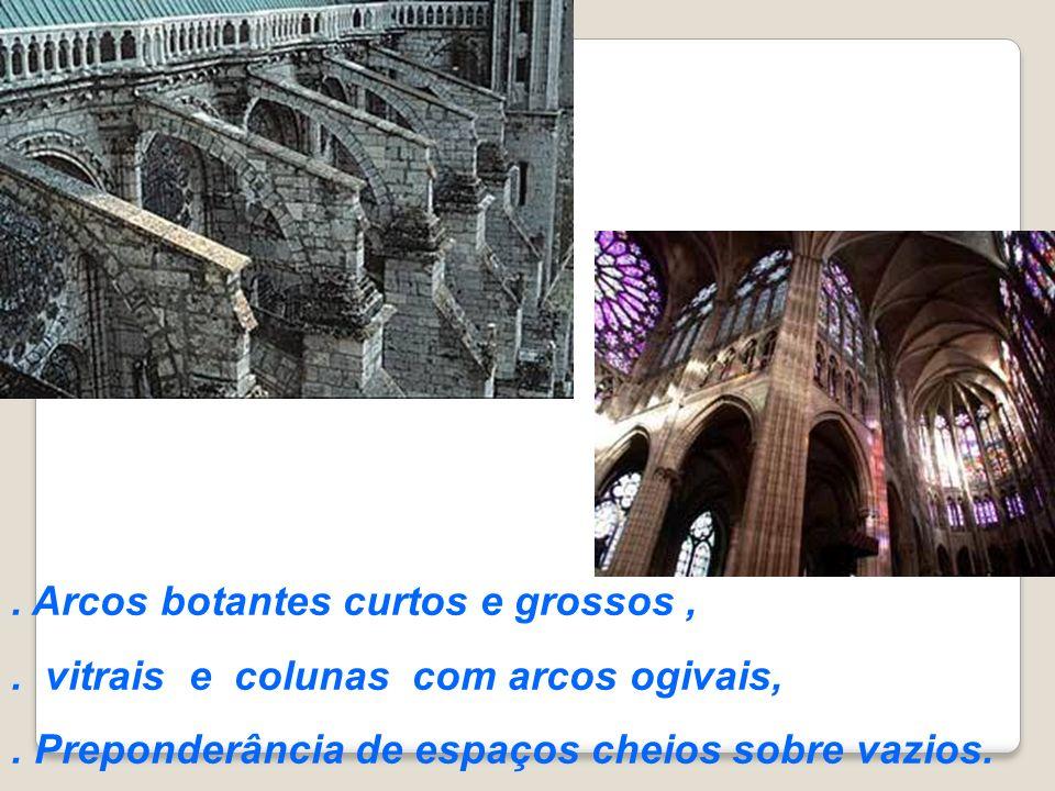 . Arcos botantes curtos e grossos,. vitrais e colunas com arcos ogivais,. Preponderância de espaços cheios sobre vazios.