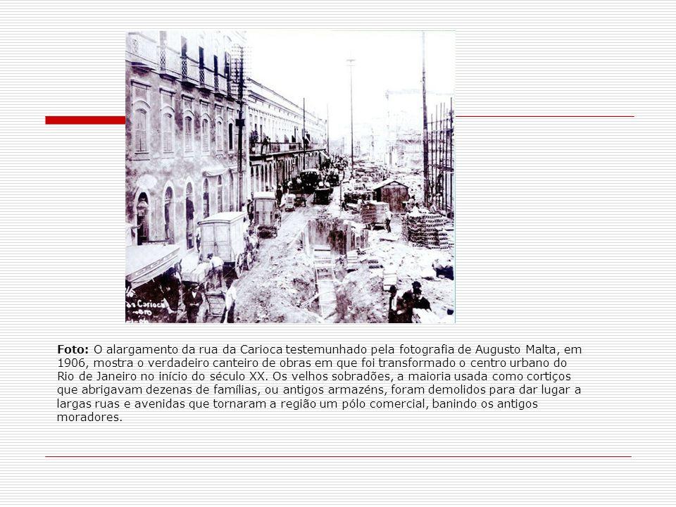 Foto: O alargamento da rua da Carioca testemunhado pela fotografia de Augusto Malta, em 1906, mostra o verdadeiro canteiro de obras em que foi transfo