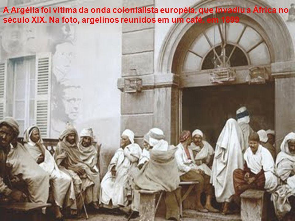 A Argélia foi vítima da onda colonialista européia, que invadiu a África no século XIX. Na foto, argelinos reunidos em um café, em 1899