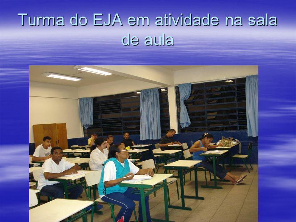 Turma do EJA em atividade na sala de aula
