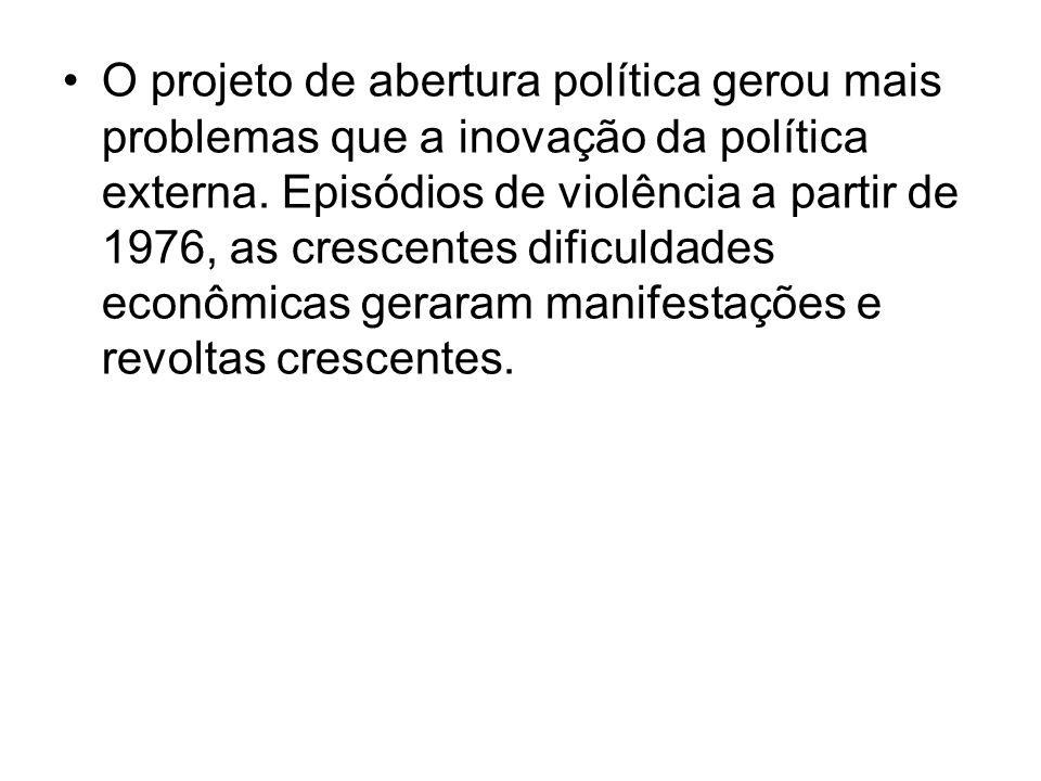 O projeto de abertura política gerou mais problemas que a inovação da política externa. Episódios de violência a partir de 1976, as crescentes dificul