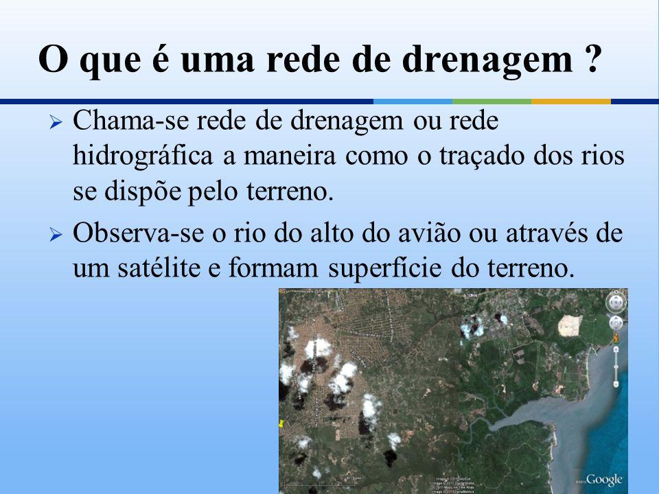 Chama-se rede de drenagem ou rede hidrográfica a maneira como o traçado dos rios se dispõe pelo terreno. Observa-se o rio do alto do avião ou através
