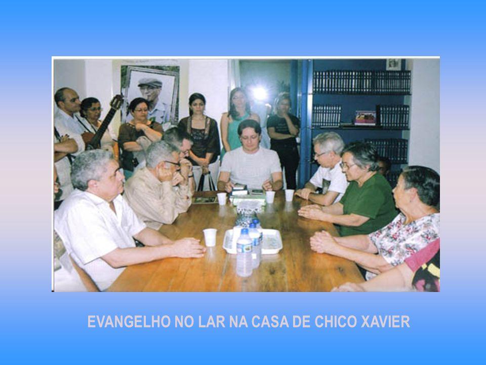 Na noite do domingo foi realizado o Evangelho no Lar na casa de Chico Xavier com muitas pessoas. Foi um momento de grande enlevo espiritual.