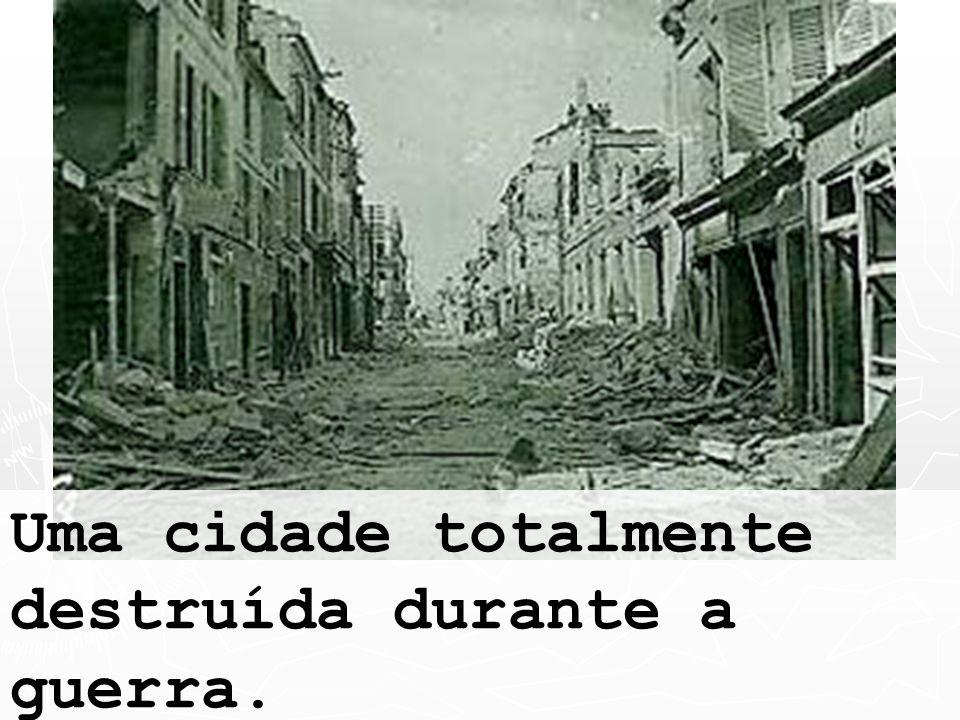 Uma cidade totalmente destruída durante a guerra.