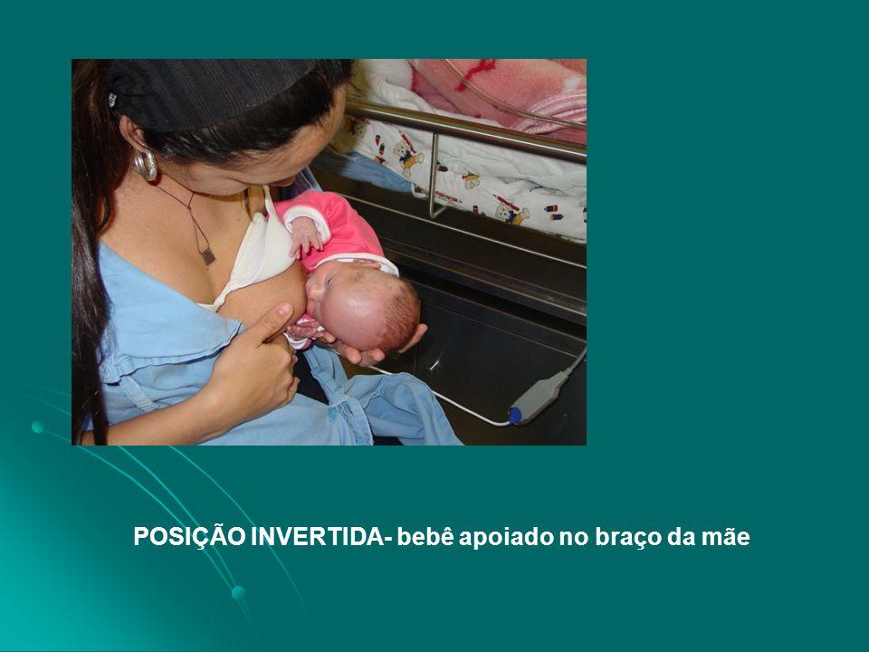 POSIÇÃO INVERTIDA- bebê apoiado no braço da mãe