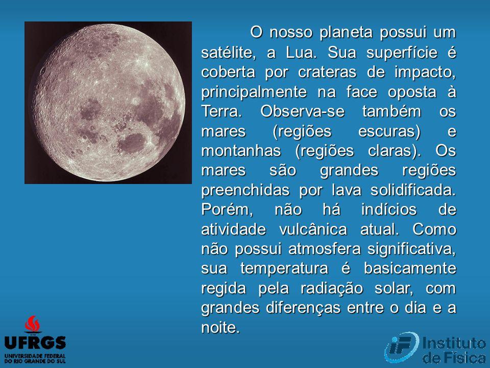 O nosso planeta possui um satélite, a Lua. Sua superfície é coberta por crateras de impacto, principalmente na face oposta à Terra. Observa-se também