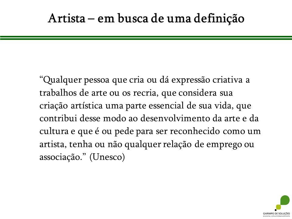 Artista – em busca de uma definição Qualquer pessoa que cria ou dá expressão criativa a trabalhos de arte ou os recria, que considera sua criação artí