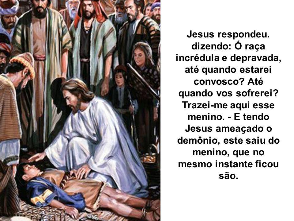 Quando ele veio ao encontro do povo, um homem se lhe aproximou e, lançando-se de joelhos a seus pés, disse: Senhor, tem piedade do meu filho, que é lu