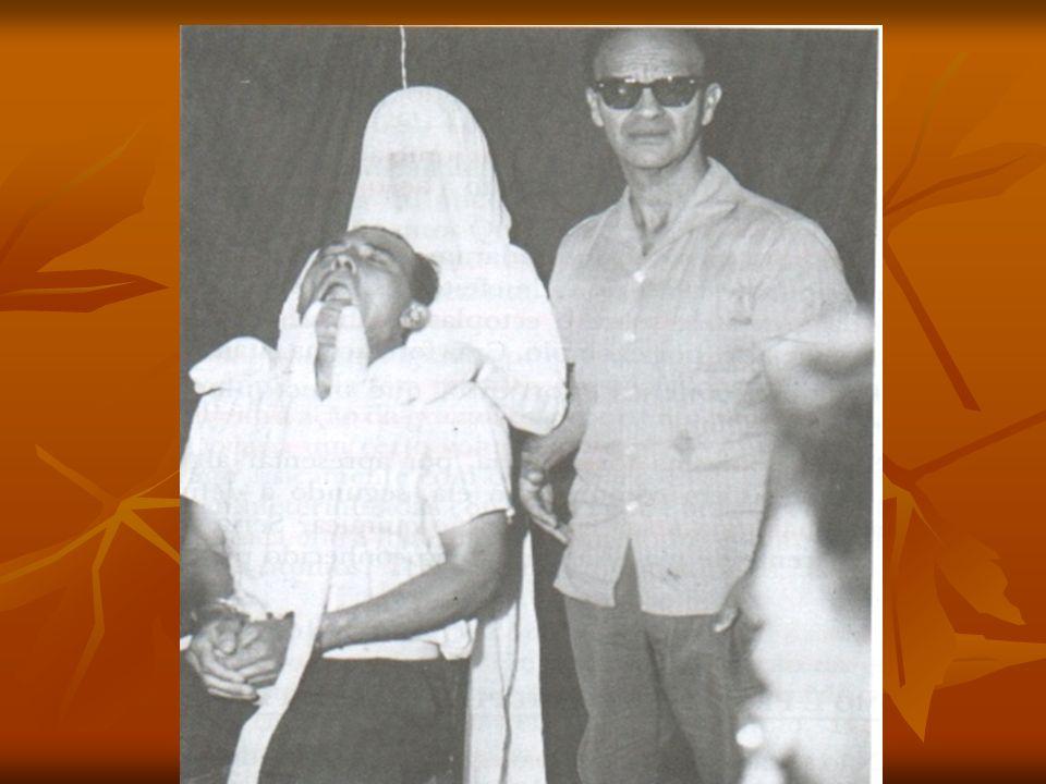 Fotografia que mostra o médium Antônio Alves Feitosa, fornecedor do ectoplasma, com o espírito materializado atrás (Irmã Josepha).