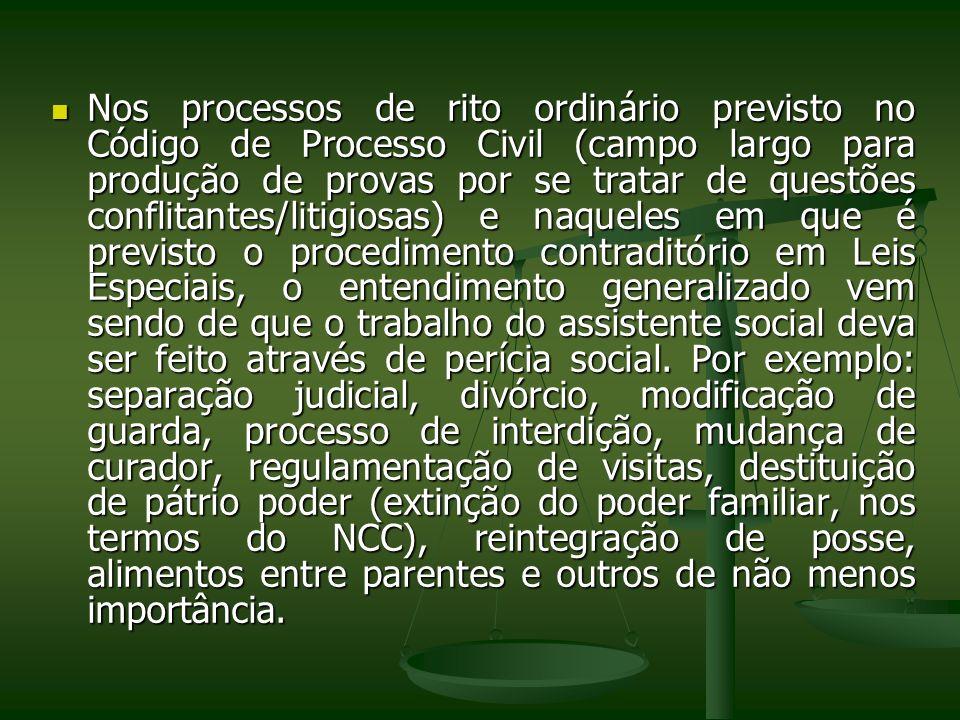 Nos processos de rito ordinário previsto no Código de Processo Civil (campo largo para produção de provas por se tratar de questões conflitantes/litig