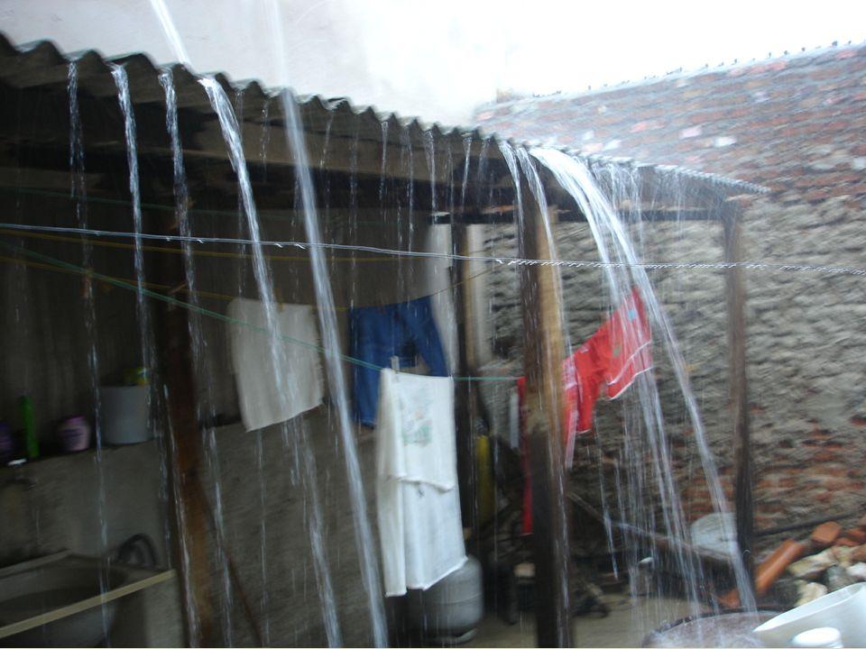 Definição de água de chuva A água de chuva é um bem a ser captado de telhados, do chão e do solo, armazenado e/ou infiltrado de forma segura, tratado conforme requerido pelo uso final, e utilizado no seu potencial pleno, substituindo ou suplementando outras fontes atualmente usadas, antes de ser finalmente dispensada (Gnadlinger, 2005; Brasil, 2006, Vol.