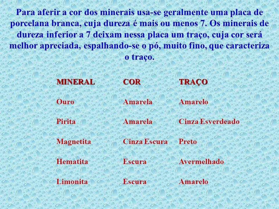 Para aferir a cor dos minerais usa-se geralmente uma placa de porcelana branca, cuja dureza é mais ou menos 7. Os minerais de dureza inferior a 7 deix