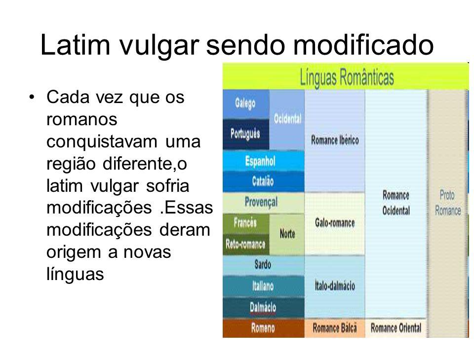 A chegada da língua portuguesa Quando os portugueses chegaram ao Brasil impuseram sua língua,o português, aos indígenas.Mas tiveram que aprender o tupi para se comunicarem.