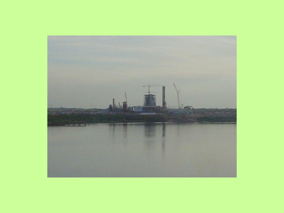 POLUIÇÃO DO SOLO PELA INDUSTRIA DA CANA E DO ÁLCOOL Agroindústrias como as usinas produtoras de açúcar e álcool são grandes tomadoras de água e geradoras de elevados volumes de resíduos.
