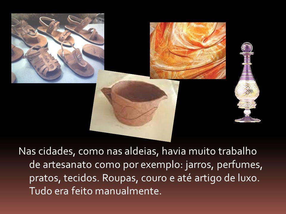 Nas cidades, como nas aldeias, havia muito trabalho de artesanato como por exemplo: jarros, perfumes, pratos, tecidos. Roupas, couro e até artigo de l