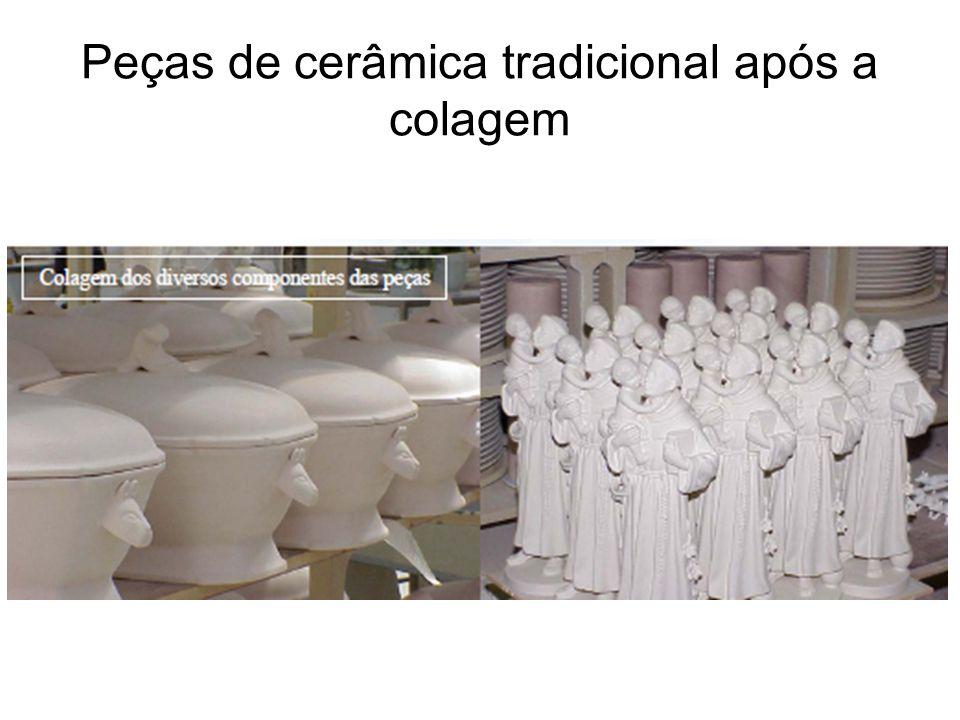 Peças de cerâmica tradicional após a colagem
