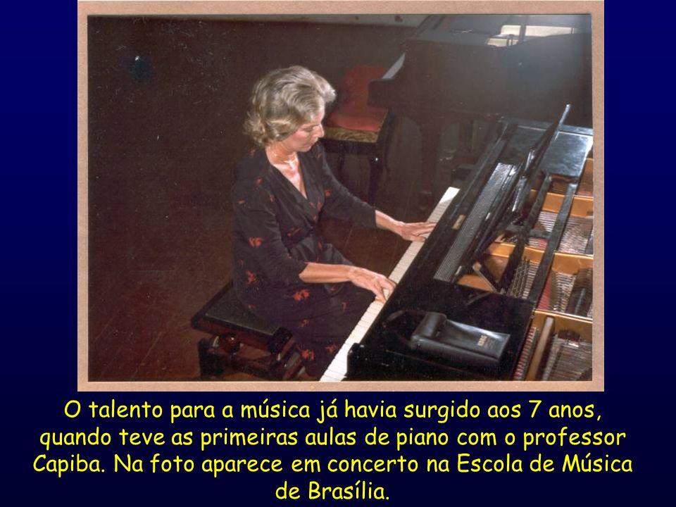 O talento para a música já havia surgido aos 7 anos, quando teve as primeiras aulas de piano com o professor Capiba. Na foto aparece em concerto na Es