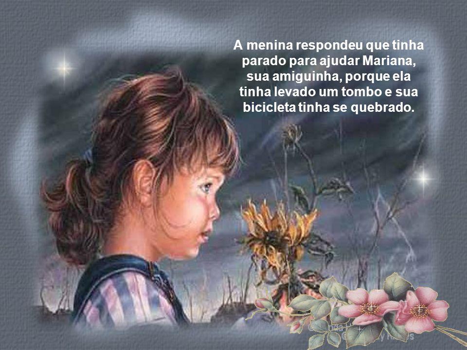 A menina respondeu que tinha parado para ajudar Mariana, sua amiguinha, porque ela tinha levado um tombo e sua bicicleta tinha se quebrado.