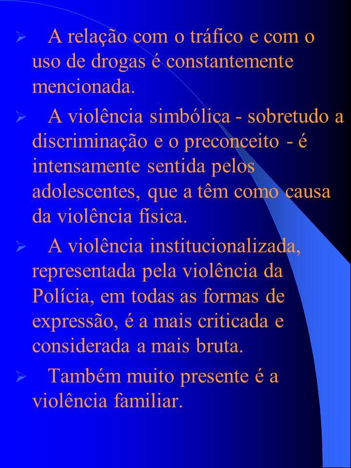 A relação com o tráfico e com o uso de drogas é constantemente mencionada. A violência simbólica - sobretudo a discriminação e o preconceito - é inten