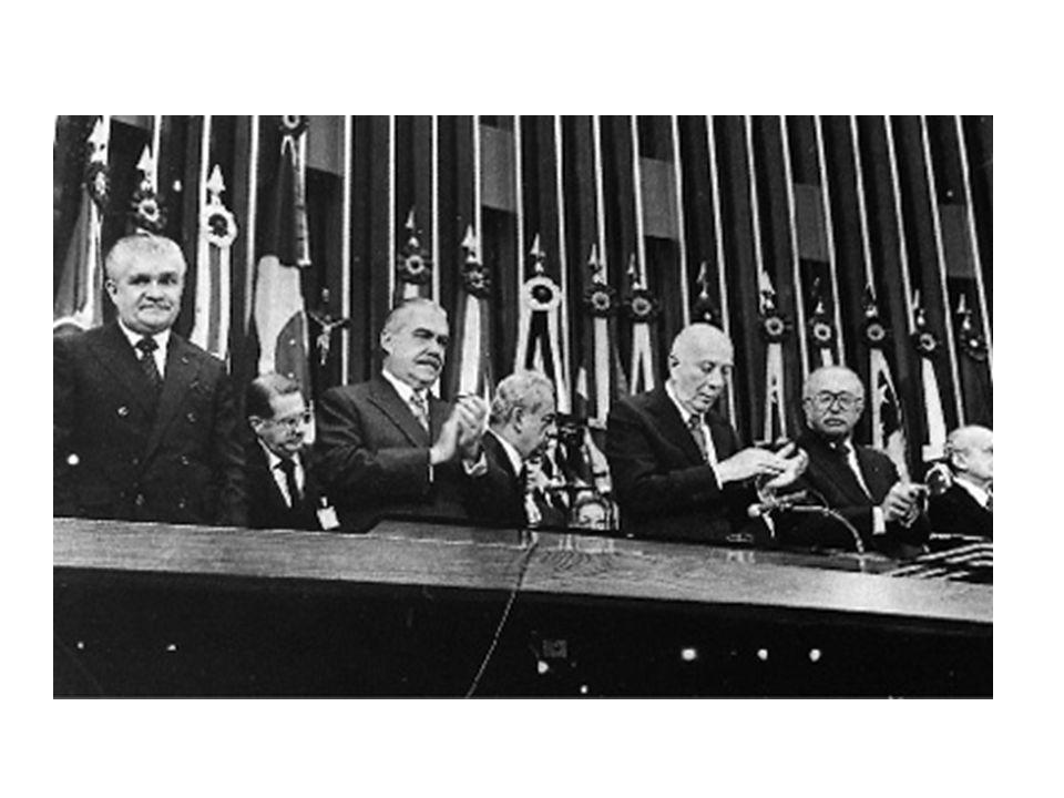 Lula (2003 - ?) Lulinha paz e amor Manutenção das políticas econômicas neoliberais Populismo e manipulação da opinião pública através de programas de redistribuição de renda Sem reforma agrária Manutenção da desigualdade social Recorde de remessa de lucros pelas multinacionais Recorde de lucros para os investidores estrangeiros Seguidos escândalos de corrupção