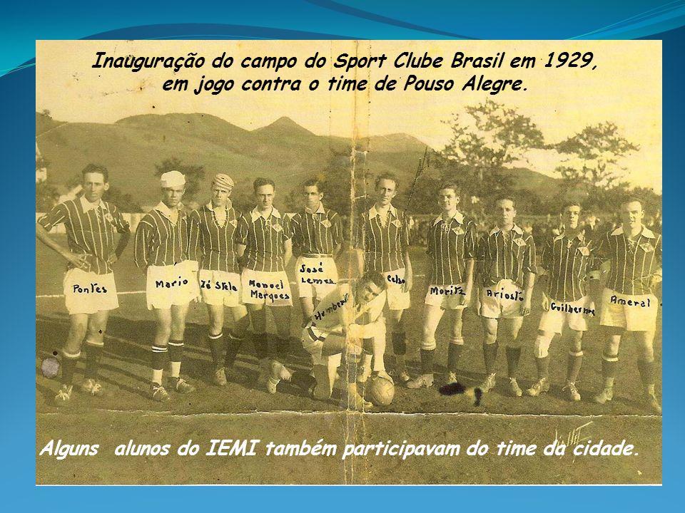Alguns alunos do IEMI também participavam do time da cidade. Inauguração do campo do Sport Clube Brasil em 1929, em jogo contra o time de Pouso Alegre