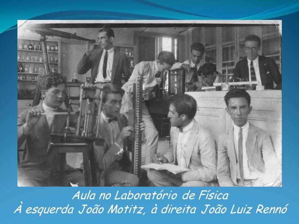 Aula no Laboratório de Física À esquerda João Motitz, à direita João Luiz Rennó