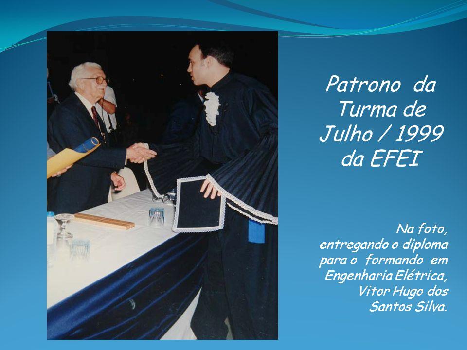 Patrono da Turma de Julho / 1999 da EFEI Na foto, entregando o diploma para o formando em Engenharia Elétrica, Vitor Hugo dos Santos Silva.