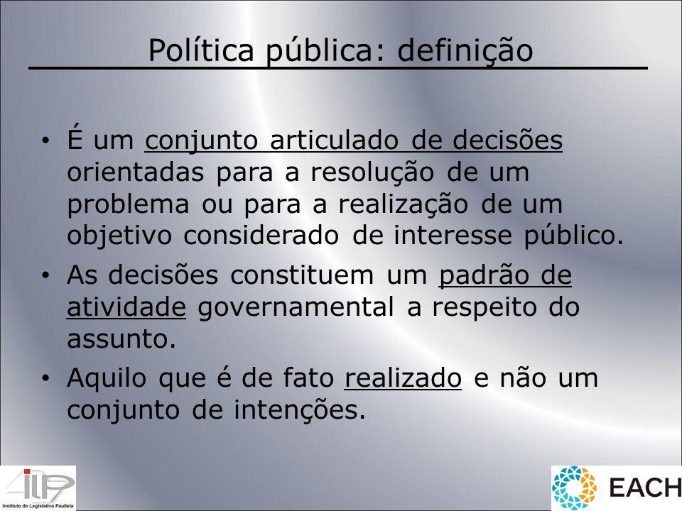 Política pública: definição É um conjunto articulado de decisões orientadas para a resolução de um problema ou para a realização de um objetivo consid